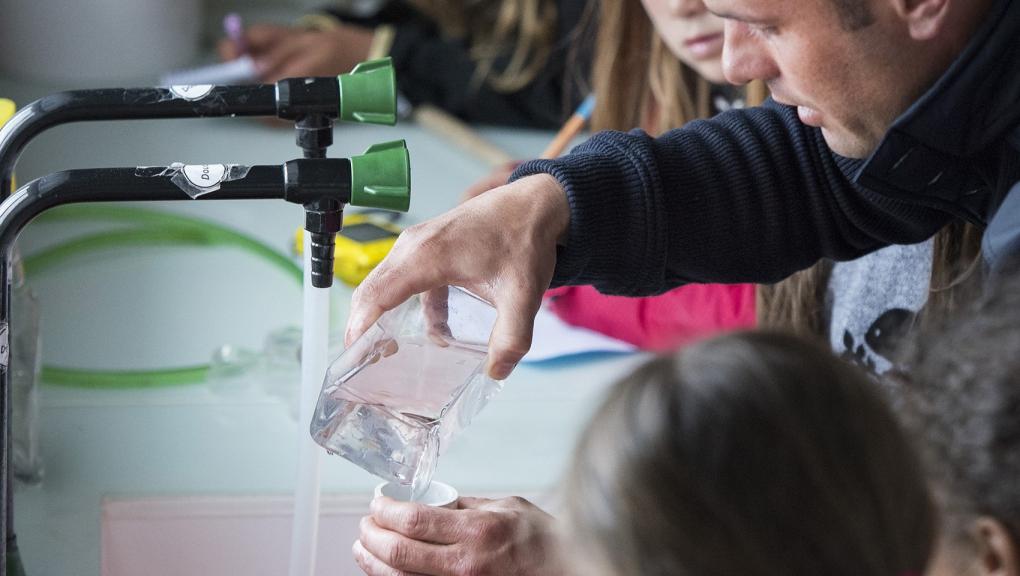 Atelier pédagogique au Marinarium de Concarneau © MNHN - Agnès Iatzoura